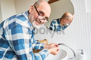 Installateur bei der Reparatur von Waschbecken Armatur