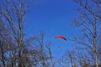 Gleitschirmflieger, Paraglider auf der Schwäbischen Alb bei der Burgruine Hohenneuffen, Deutschland