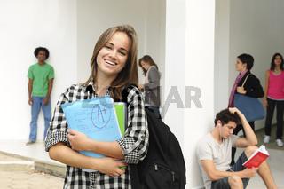 Studentin auf dem Campus der Universität
