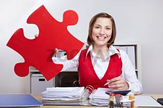 Angestellte mit rotem Puzzleteil