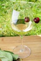 Weißwein mit Kirsche