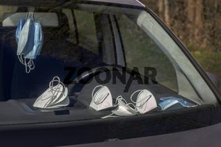 Maskenpflicht - Schutzmasken im Auto als Vorsorge gegen den Coronavirus