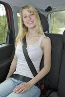 Frau angeschnallt im Auto
