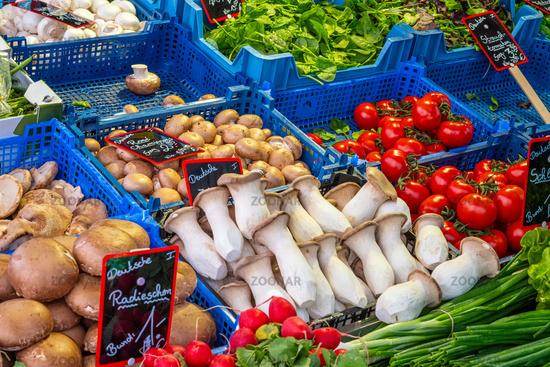 Verschiedene Arten von Pilzen und anderem Gemüse