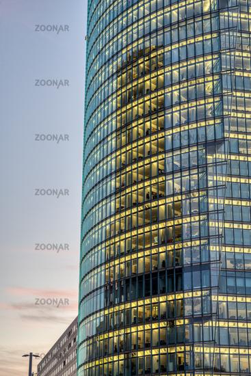 Detail eines Bürohochhauses mit beleuchteten Fenstern