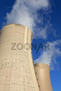 Qualmende Kühltürme des Kernkraftwerkes Grohnde, Deutschland