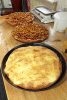 Frisch gebackener Rahmkuchen und Pflaumenkuchen