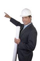 Architekt mit Helm und Plan zeigt mit Finger
