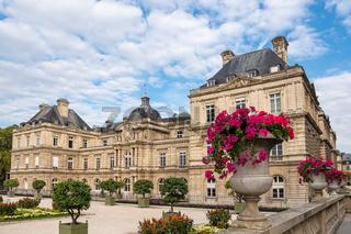 Blick auf den Luxemburggarten mit Schloss  in Paris, Frankreich