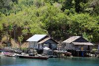 kleines, namenloses Fischerdorf auf der Insel Muari