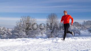 Jogger in verschneiter Winterlandschaft