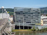 Ars Electronica Center an der Nibelungenbrücke aus Sicht des südlichen Donau-Ufers - Linz