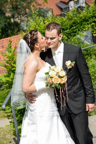 braut küsst bräutigam hochzeit
