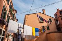 Historische Gebäude mit Wäscheleinen in der Altstadt von Venedig in Italien