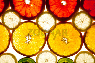 Hintergrund aus Kiwi, Grapefruit, Orange und Zitronenscheiben
