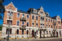 pirna, deutschland - 14.09.2020 - sanierte häuserzeile der gründerzeit