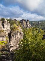 Blick auf Felsen und Bäume in der Sächsische Schweiz