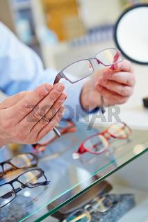 Optiker bietet Brille an