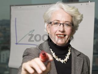 Ältere Frau in einem modernen Büro