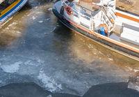 Schiffe und Barkassen im Hamburger Hafen von Eis eingefroren