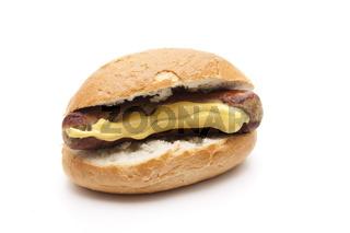 Semmel mit Bratwurst und Senf