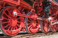 Räder einer historischen Dampflokomotive auf Schienen