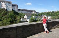 Blick von der Lahnbrücke zum Schloss in Weilburg