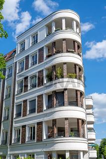 Moderner weißer gehobener Wohnblock