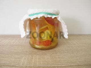 Ansatz für Apfelessig aus Apfelschalen und Apfelresten in einem Glas