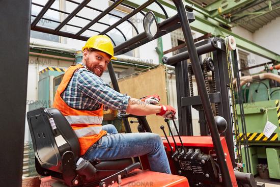 Staplerfahrer beim Gabelstapler fahren in einer Fabrik