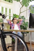 Mann mit Fahrrad im Büro