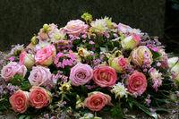 bunte Blumen auf einem Grab