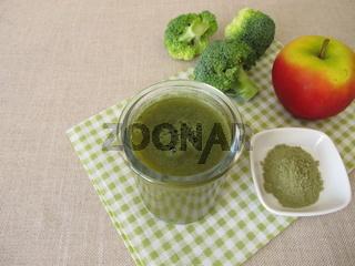 Grüner Smoothie mit Brokkoli und Apfel