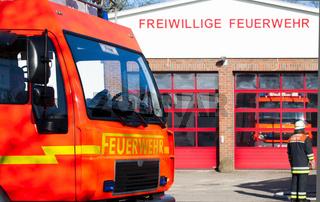 Feuerwehr Einsatzfahrzeug vor der Feuerwehrwache