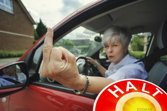 Autofahrerin zeigt Stinkefinger