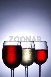 Weinglaeser im Gegenlicht