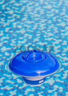 Schwimmdosierer im Swimmingpool, Hochformat