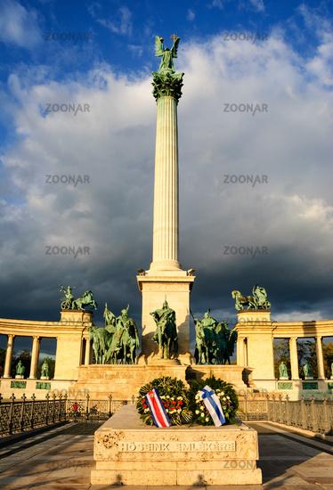 säule statue heldenplatz budapest
