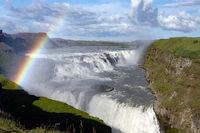 Der Wasserfall Gullfoss mit Regenbogen
