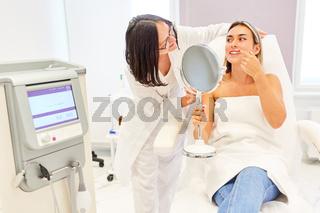 Patientin und Ärztin bei Beratung vor Behandlung