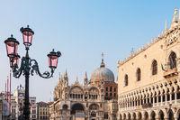 Blick auf den Dogenpalast und die Markuskirche in Venedig, Italien