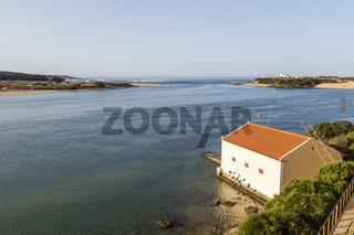 Vila Nova de Milfontes mit Rio Mira und Atlantischr Ozean, Alentejo, Portugal