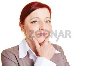 Ältere Geschäftsfrau mit Hand am Kinn