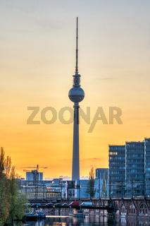 Der berühmte Fernsehturm und die Spree bei Sonnenuntergang