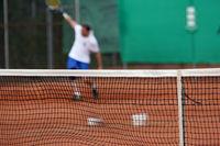 Tennis auf Sandplatz - Blick übers Netz