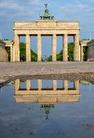Das berühmte Brandenburger Tor in Berlin ohne Menschen