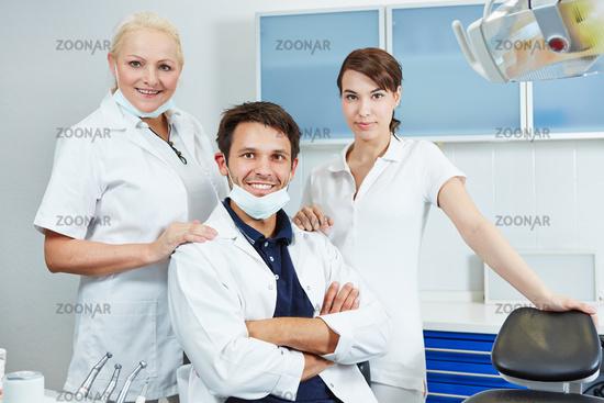 Zahnarzt mit seinem Team