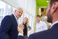Diskussion zwischen Manager und Business Trainees