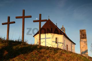 Salmendinger Kapelle mit 3 Kreuzen