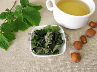 Eine Tasse Haselblätter-Tee aus getrocknete Haselnussblätter